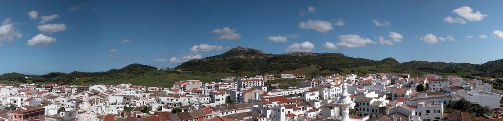 Panoràmica de el pueblo con el Monte Toro al fondo